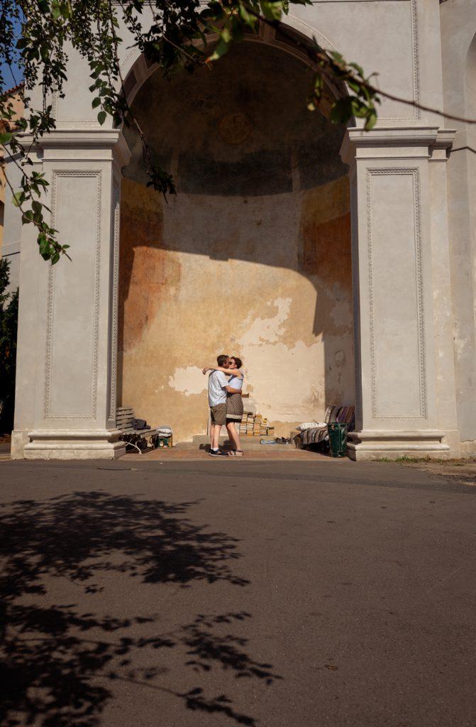 prague engagemment photography kiss